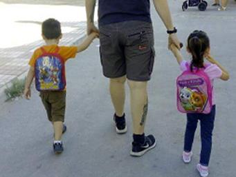 padre lleva al cole a niños
